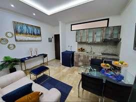 Suite amoblada de alquiler en Kennedy Norte, con área social y piscina.