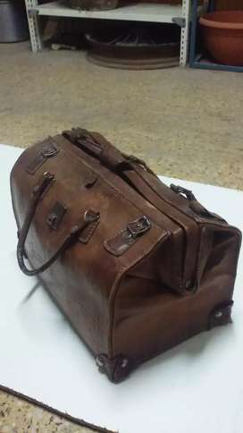Bolso de cuero antiguo 40 x25 cms.