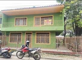 casa de 2 pisos, 7 habitaciones, 2 baños, cocina, patio, parqueadero, balcón