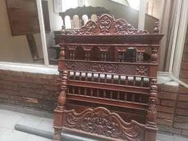 Juego de cama antigua en madera tallada