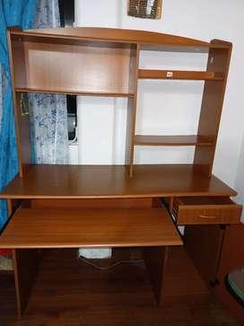 Biblioteca con silla de escritorio