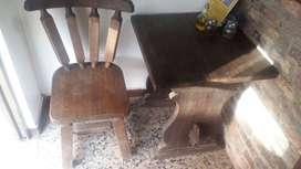 Sillas y mesas rústicas en Roble
