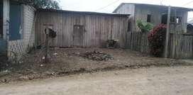 Solar con casa de madera