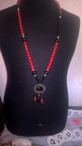 Elegantísimo y original collar color Rojo y negro con saltos en plateado con colgante en los mismos tonos