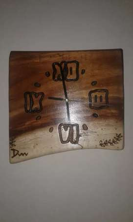 Reloj rustico tallado en madera de timbo