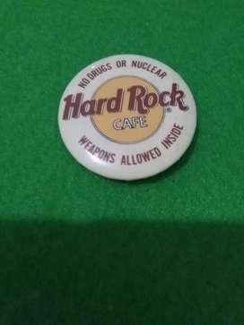 PIN DISTINTIVO DEL HARD ROCK CAFE USA . NO DRUGS OR NUCLEAR TIPO BOTON