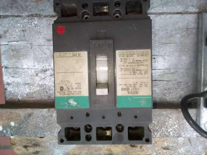 Breakers  Trifásicos General Electric 100 Amperios  con  panel 0