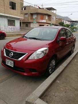 Auto Nissan Versa rojo 2013 combustión dual