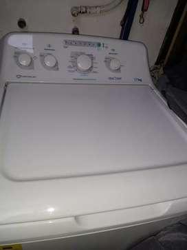 Vendo lavadora centrales de 17 kilos con agitador, 4 meses de uso, cómo nueva.