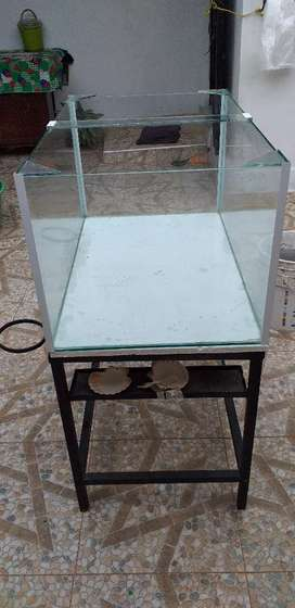 Acuario con base metalica