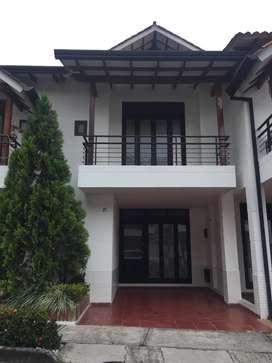 Casa de tres niveles, amplia, familiar, con excelentes zonas sociales.