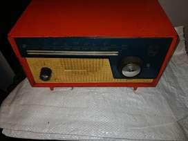 Dos Radios Antiguos a Tubos, Máquina de escribir eléctrica, citófono intercomunicador