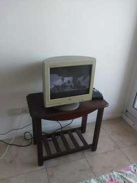 Vendo convertidor de monitor a tv con monitor y mesita