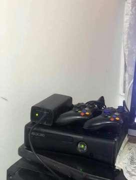 Xbox 360 slim con 2 controles y 2 discos duros