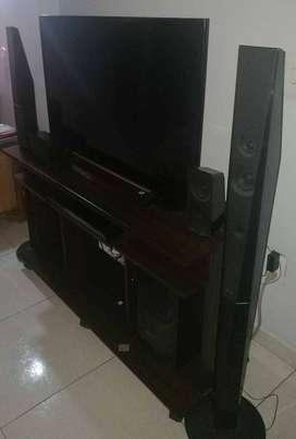 Se vende TV Sony de 42 pulgadas ,teatro en casa Sony y mobiliario.