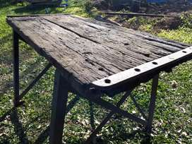 Mesa antigua de trabajo de hierro, tablón de pinotea.