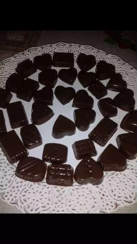 Se Hace Bombones De Chocolates Blanco Y Negro Y Rellenos