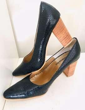 Zapatos Negros cerrados reptil c/ taco ancho de madera super chic talle 39/40