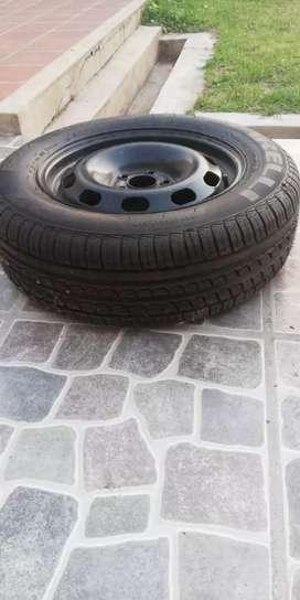 Llanta de chapa R15 VW cubierta Pirelli sin uso