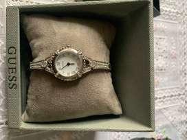 Reloj GUESS Modelo U0135L1 Dama Pulsera de Cristal tono Plateado Autoajustables Acepto Cambios.