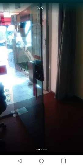 Vidriera con puerta cierra sola