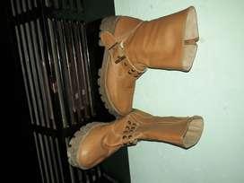 Vendo botas de cuero de dama usadas.