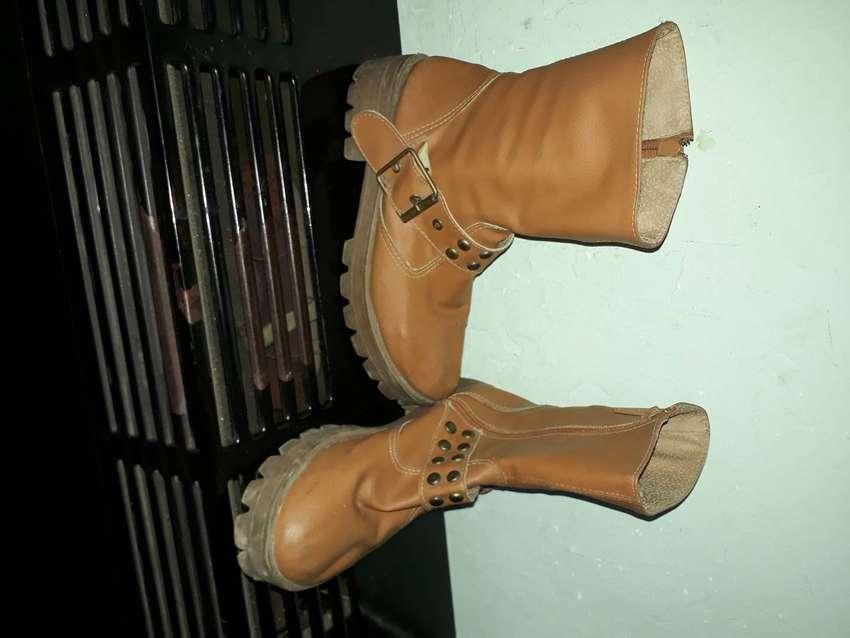 Vendo botas de cuero de dama usadas. 0