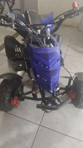 Vendo escuadron para niño motor 50c a gasolina