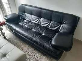 En Acacias se vende Sofa cama usado color negro en perfecto estado.