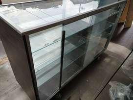 Vitrina en vidrio y madera