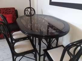 Juego de comedor 4 sillas. madera y vidrio