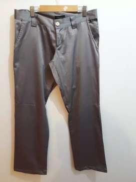 Pantalón en raso plateado. Marca Litio