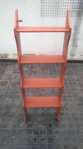 Mueble repisa de madera con estantes