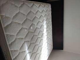 Cama tamaño King Aristas con colchón usada