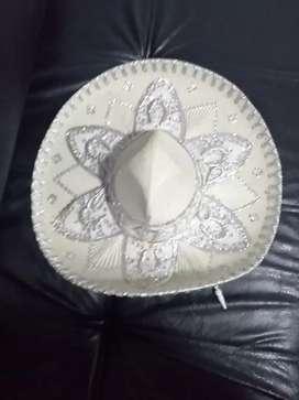 Vendo sonbreros de mariachi pequeños.
