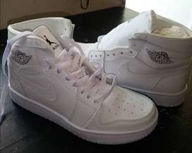 Zapatos tipo Jordán.