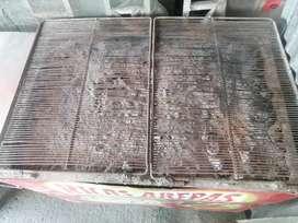 Se vende asador con mesa metálica  y fritador con pipa