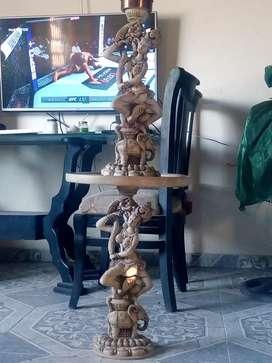 Mesa y lámpara talladas