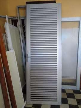 Puerta de rejillas en aluminio y marco