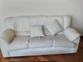Liquido Juego de Living sillon de 3 cuerpos y 2 sillones de eco cuero color beige,más 5 almohadones  súper cómodos.