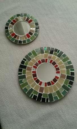 Dos espejos con pequeños mosaicos