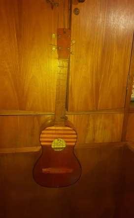Se vende CUATRO instrumento musical