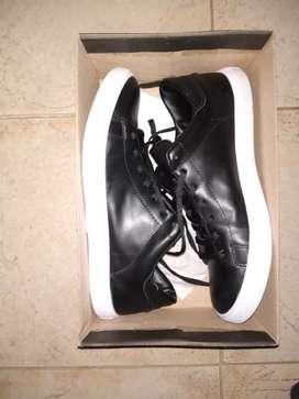 Zapatillas cuero negras nuevas talle 44