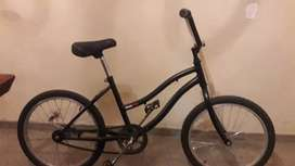Vendo bicicleta playera con casco.