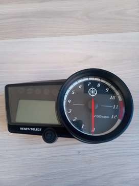 Yamaha R15 tacómetro