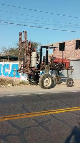 Tractor Zancudo con fumigadora