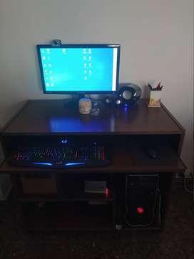 PC de escritorio + monitor + mesa para PC + teclado, mouse y parlantes