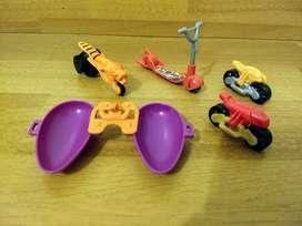 Lote de 5 juguetes Kinder: 3 motos, 1 monopatín y 1 bote