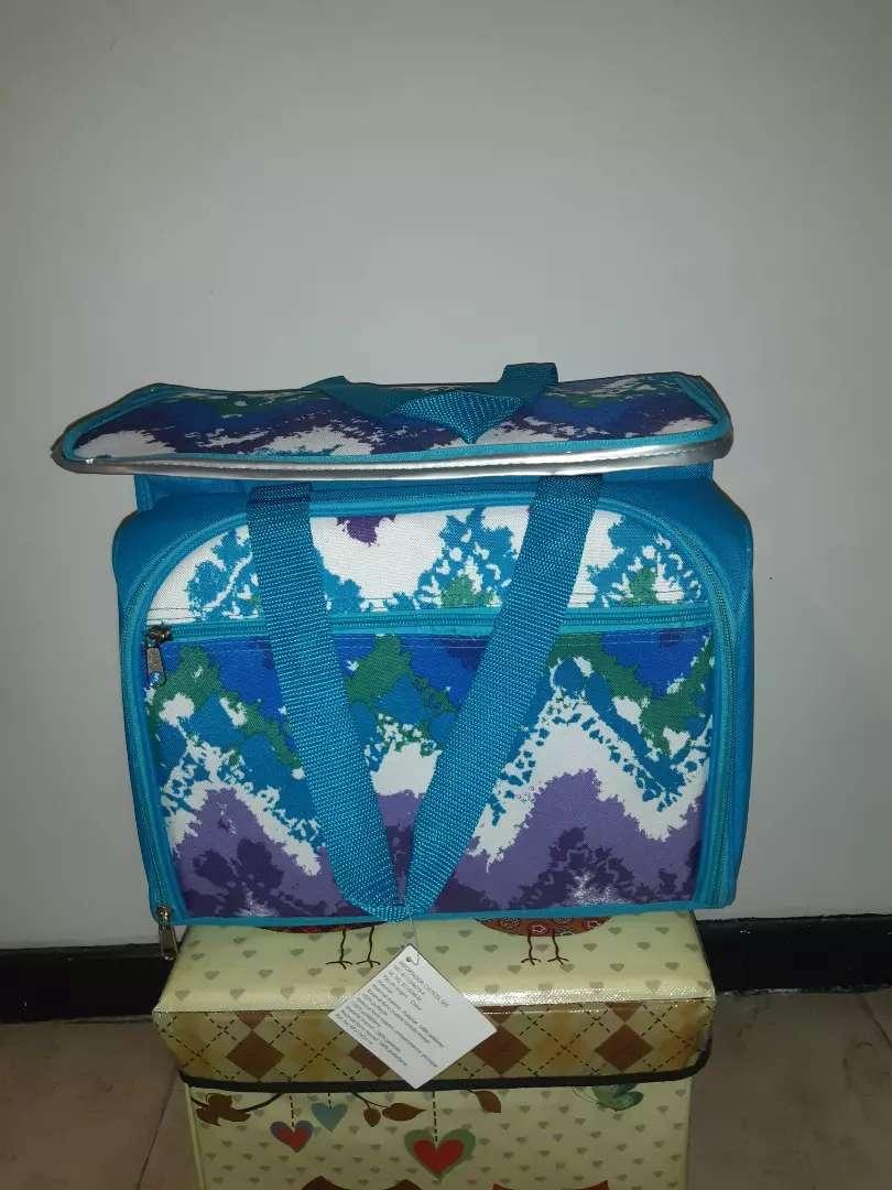 Se vende Nevera tipo maletin para Camping . 0