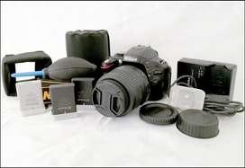 Cámara DSRL NIKON 5100 con varios accesorios y lente incluídos.